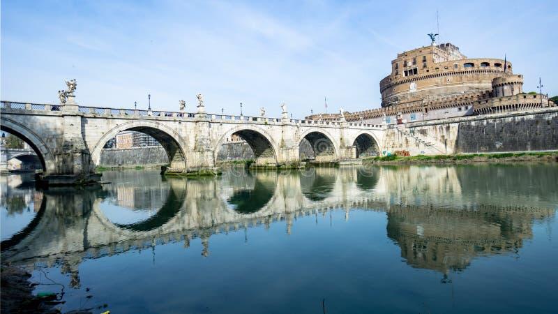 Brücke zum Schloss von San Angelo in Rom lizenzfreies stockfoto