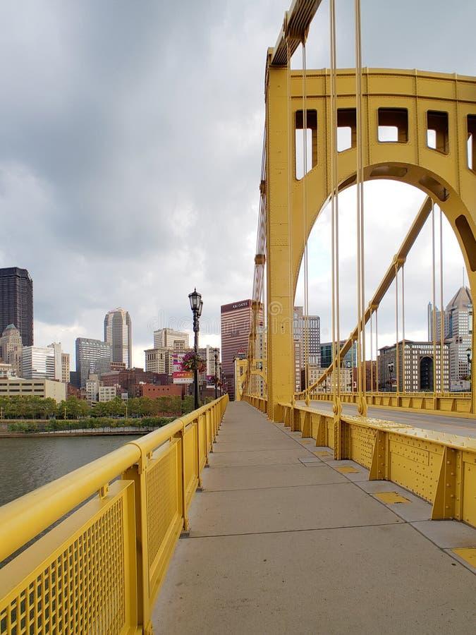 Brücke zum Stadtzentrum der Stadt Pittsburgh auf Sonnenuntergang PA USA lizenzfreie stockfotografie