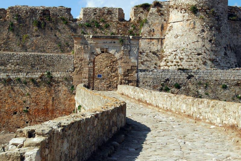 Brücke zum Tor in venetianischer Festung Methoni im Peloponnes, Messenia, Griechenland lizenzfreie stockbilder