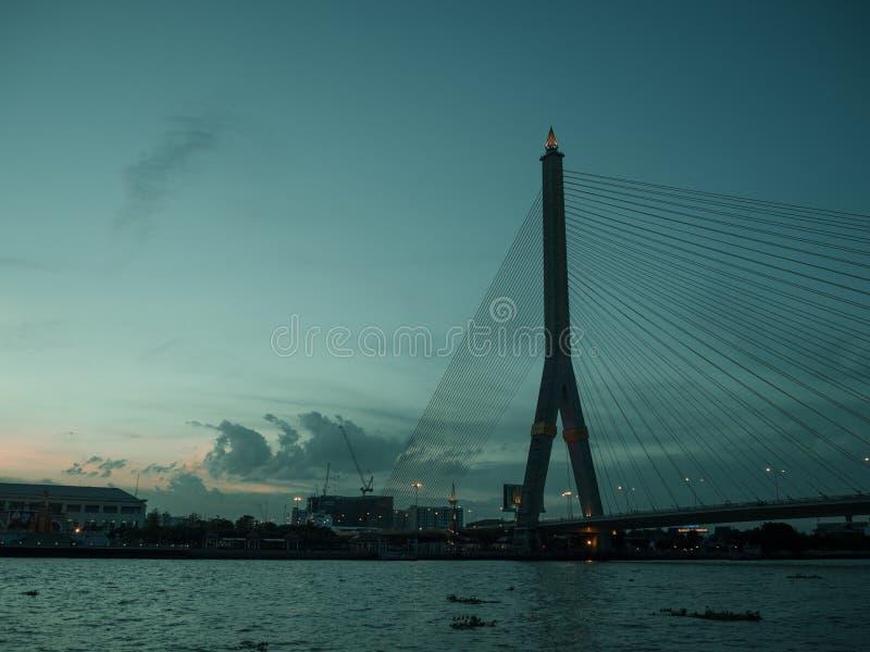 Brücken-Abendlandschaft Rama 8 in Bangkok Thailand lizenzfreies stockfoto