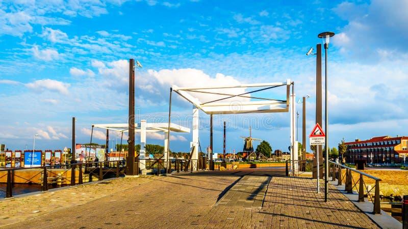 Brücken des abgehobenen Betrages über den Kanälen in Harderwijk in den Niederlanden lizenzfreies stockbild