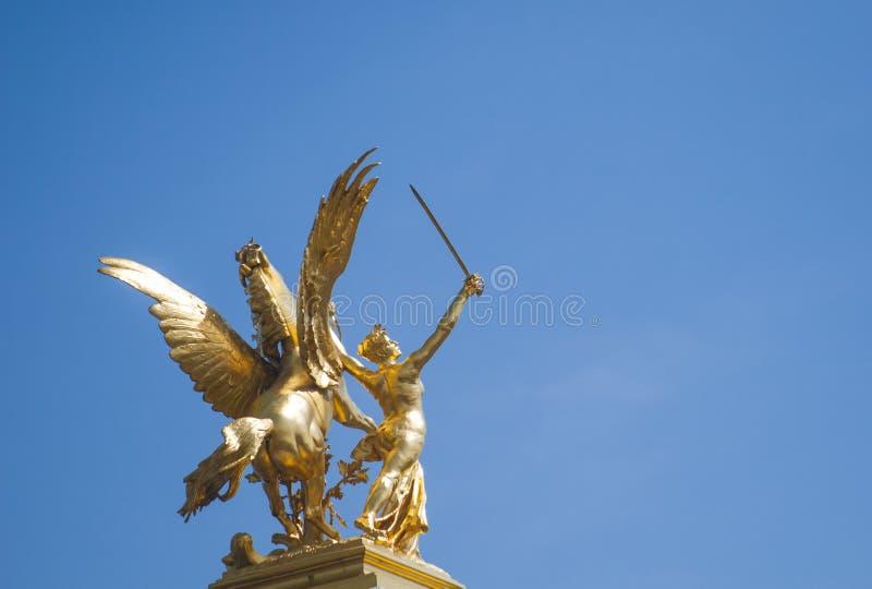 Brücken-goldene Statue Paris Frankreich Pont Alexandre III lizenzfreie stockfotos
