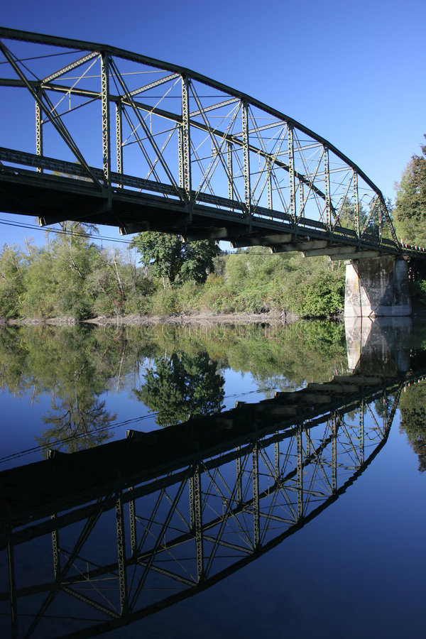 Brücken-Reflexion stockfoto