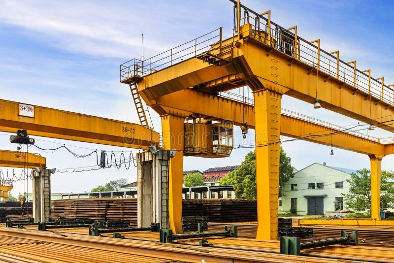 Brückenkräne und Schienen stockfotos