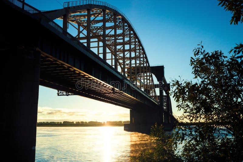 Brückenpanoramablick bei Sonnenaufgang mit warmer Sonne stockbild