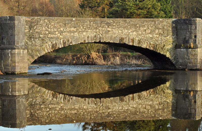 Brückenreflexion stockfotos