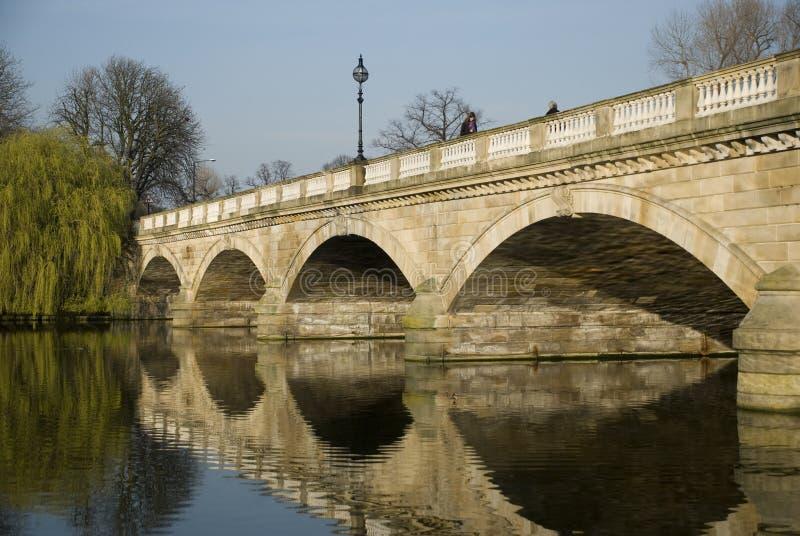 Brückenreflexionen lizenzfreie stockfotografie