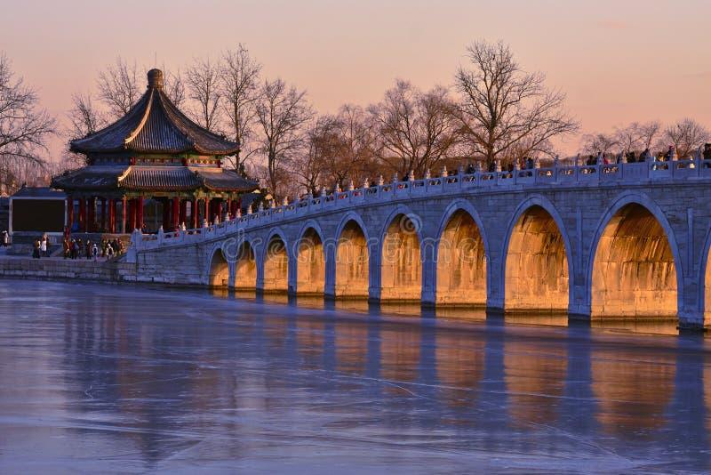Brückensonnenuntergang mit 17 Bögen, China lizenzfreie stockbilder