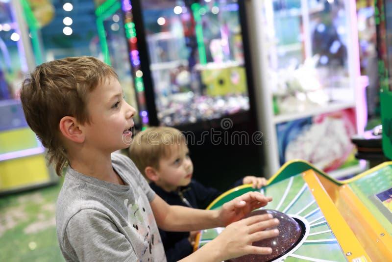 Brüder, die Arcade-Spiel spielen stockbilder
