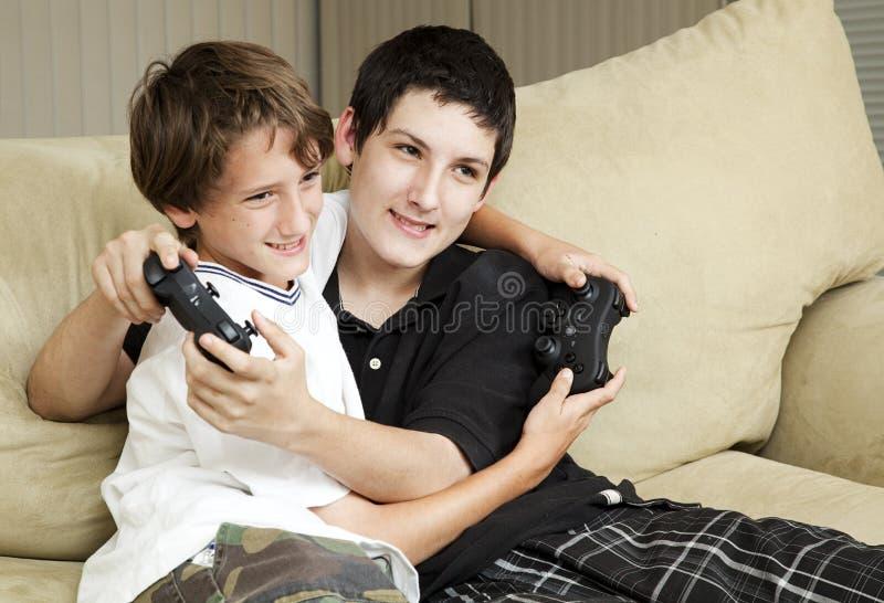 Brüder, die Videospiele spielen stockfoto