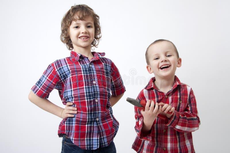 Brüder mit dem fehlendem Zahn und Kombinationszange lizenzfreie stockbilder