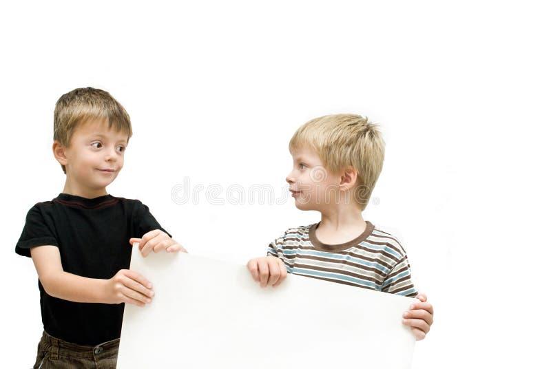 Brüder mit unbelegtem Zeichen stockfoto
