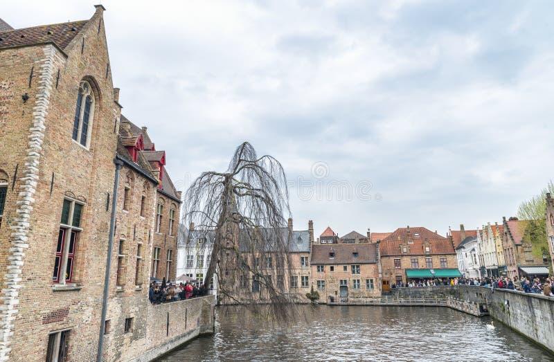 BRÜGGE, BELGIEN - MÄRZ 2015: Touristen besuchen altes mittelalterliches Ci stockfotografie