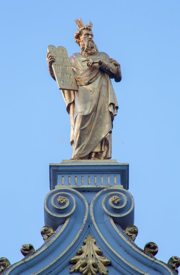 Brügge - die Statue von Mosese auf der Fassade des Hauses auf Burgquadrat im Morgenlicht stockbilder