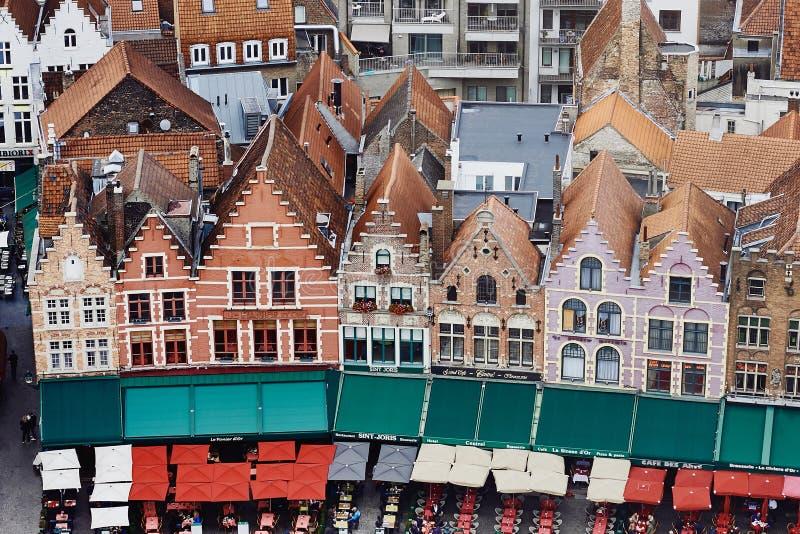 Brügge, Westflandern, Belgien, am 19. Oktober 2018: Vogelperspektive von mittelalterlichen Häusern auf Markt-Quadrat stockfotos