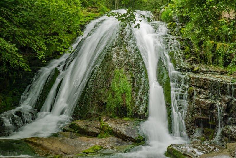 Brüllen Laufwasserfall lizenzfreie stockbilder