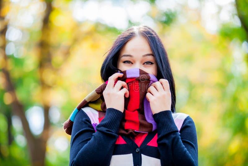 Brünettemädchen mit buntem Schal stockfotografie