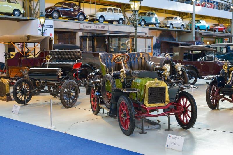 BRÜSSEL, BELGIEN - 5. Dezember 2016 - Autoworld-Museum, alte Autosammlung, welche von Anfang an die Geschichte von Automobilen ze lizenzfreie stockbilder