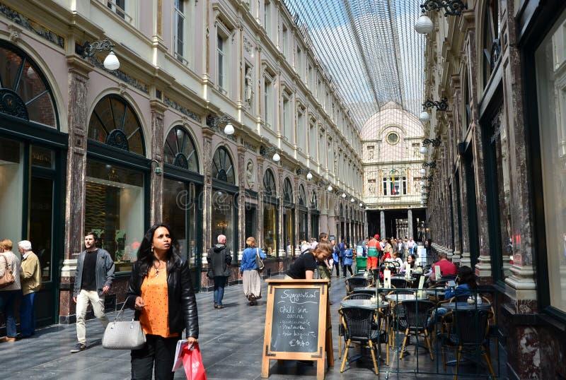 Brüssel, Belgien - 12. Mai 2015: Touristen, die beim Galeries Royales Heilig-Hubert in Brüssel kaufen stockfoto