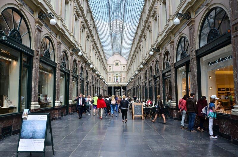 Brüssel, Belgien - 12. Mai 2015: Touristen, die beim Galeries Royales Heilig-Hubert in Brüssel kaufen lizenzfreie stockfotos