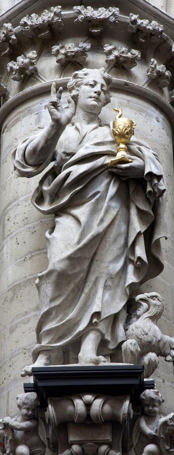 Brüssel - Statue von Johannes der Evangelist stockfotos