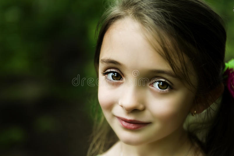 brąz przyglądająca się dziewczyna obraz stock