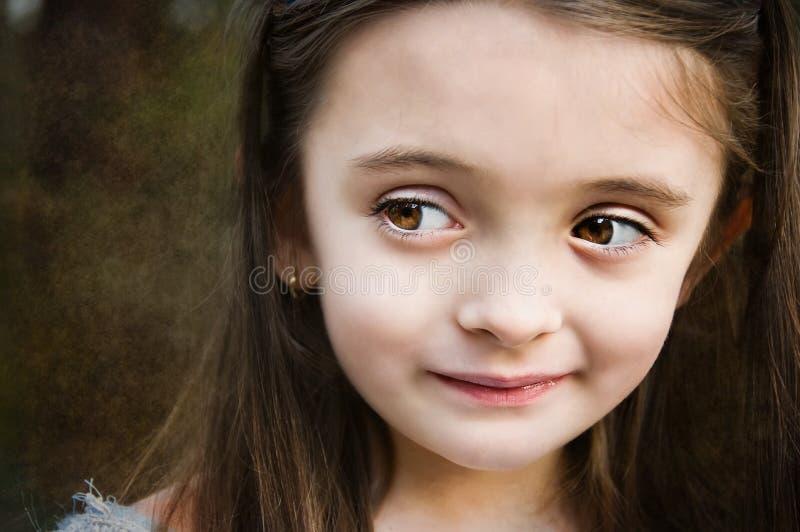 brąz przyglądająca się dziewczyna obrazy stock