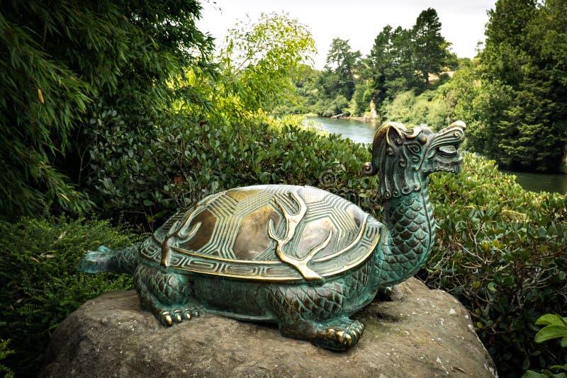 Brązowa żółw statua przy Hamilton ogródami NZ obrazy stock