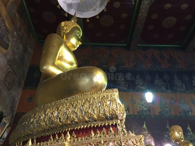 Brązowa Buddha statua w medytować pozycję zdjęcie royalty free