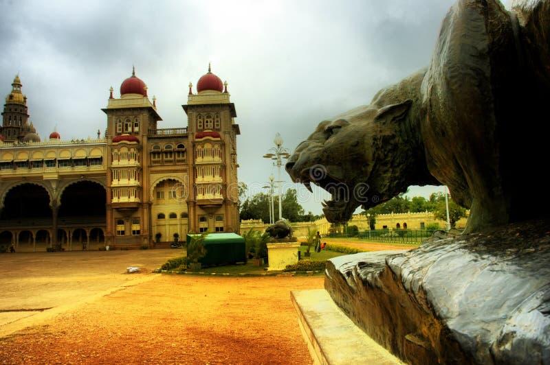 brązowa indyjska lwa Mysore pałacu posąg fotografia stock