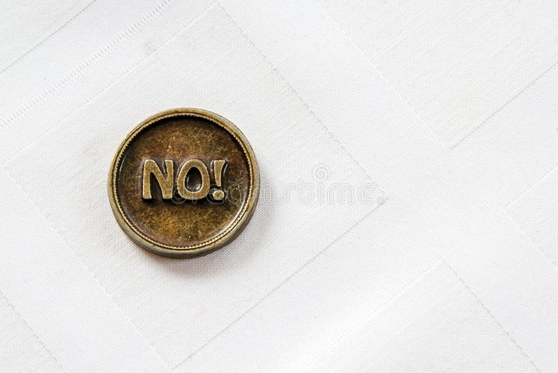 Brązowa metal moneta Tak, Nie lub Moneta dla robi wyborowi Na białym tle Podejmowanie decyzji zdjęcia royalty free