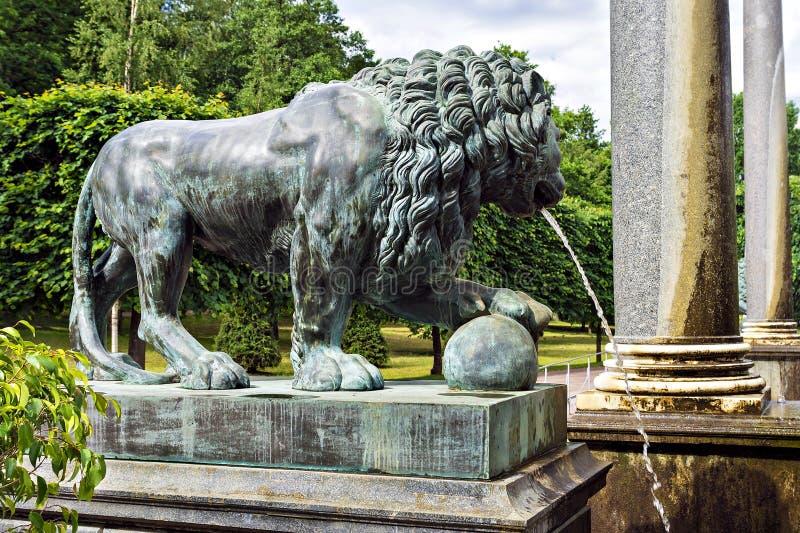Brązowa postać lew - czerep fontanna zdjęcie stock