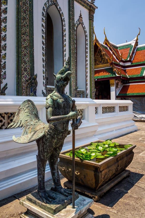 Brązowa rzeźba demonu opiekun przy Wata Phra Kaew Uroczystym pałac zdjęcia stock