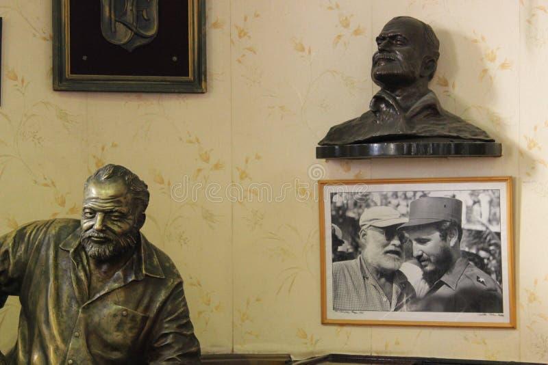 Brązowa rzeźba Ernest Hemingway w prętowym Floridita, Hawańska fotografia royalty free