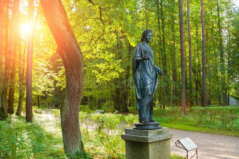 Brązowa rzeźba flory - bogini wiosna i kwiaty Stary Silvia park w Pavlovsk, St Petersburg, Rosja obraz royalty free