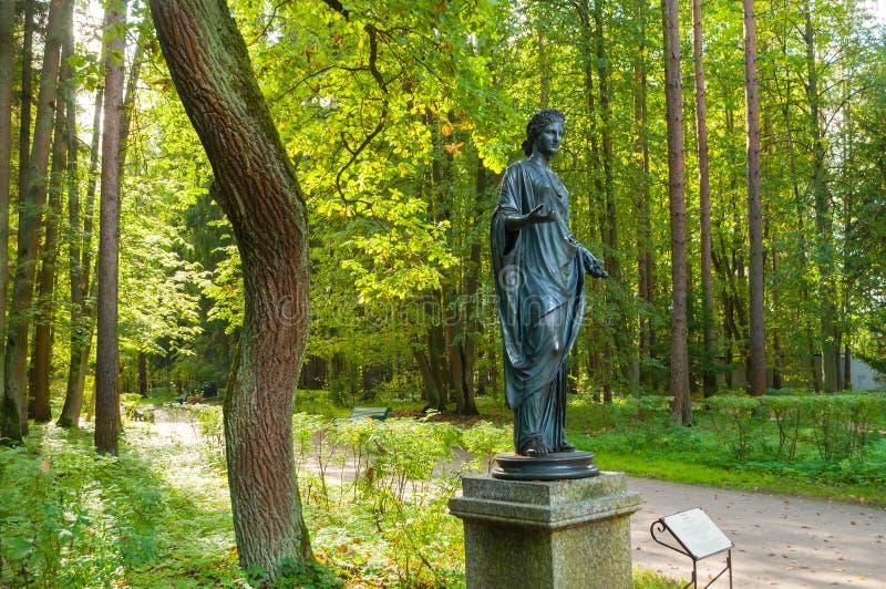 Brązowa rzeźba flory - bogini wiosna i kwiaty Stary Silvia park w Pavlovsk, St Petersburg, Rosja zdjęcia stock