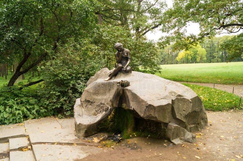 Brązowa rzeźba smutny gira fotografia royalty free