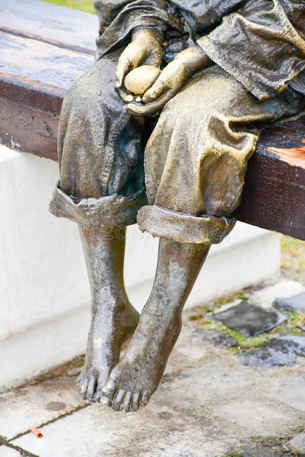 Brązowa statua bosy dziecka mienia jajko fotografia royalty free