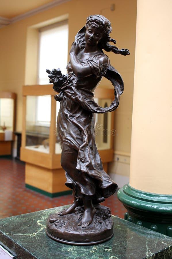 Brązowa statua dziewczyna symbolizuje wiosnę obraz royalty free
