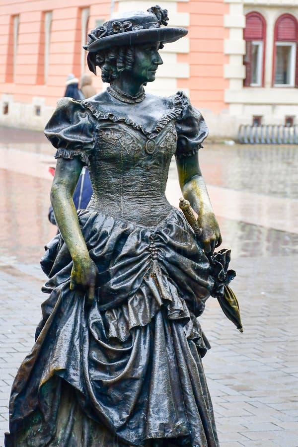 Brązowa statua elegancka kobieta obrazy stock