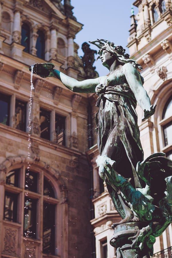 Brązowa statua Hygieia na Brunnen fontannie blisko hamburgeru Rathaus - urząd miasta zdjęcia royalty free