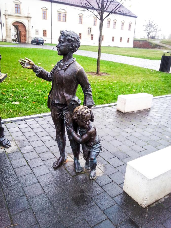 Brązowa statua kobieta i dzieciaki zdjęcia stock