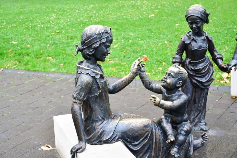 Brązowa statua kobieta i dzieciaki fotografia stock