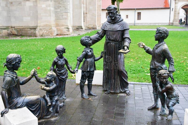 Brązowa statua kobieta, ksiądz i dzieciaki, zdjęcie royalty free