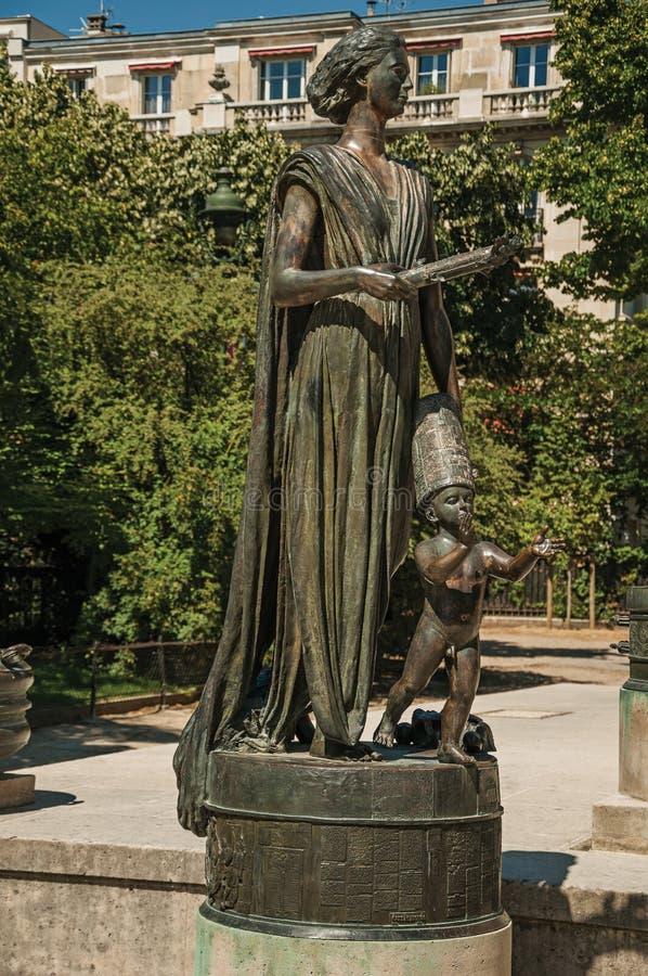 Brązowa statua kobieta z suknią i dzieckiem przy prawami człowieka Pomnikowymi w Paryż fotografia stock