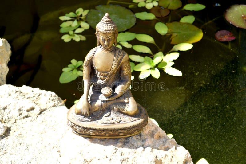 Brązowa statua macanie ziemia Buddha obrazy royalty free