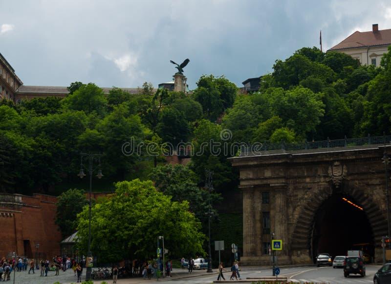 Brązowa statua mitologiczny Turul ptak przy bramą Royal Palace w Budapest, Węgry, Europa Wschodnia zdjęcia royalty free