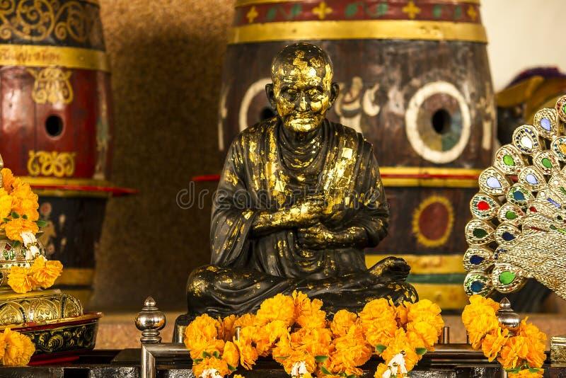 Brązowa statua mnich buddyjski w Tajlandia obraz stock
