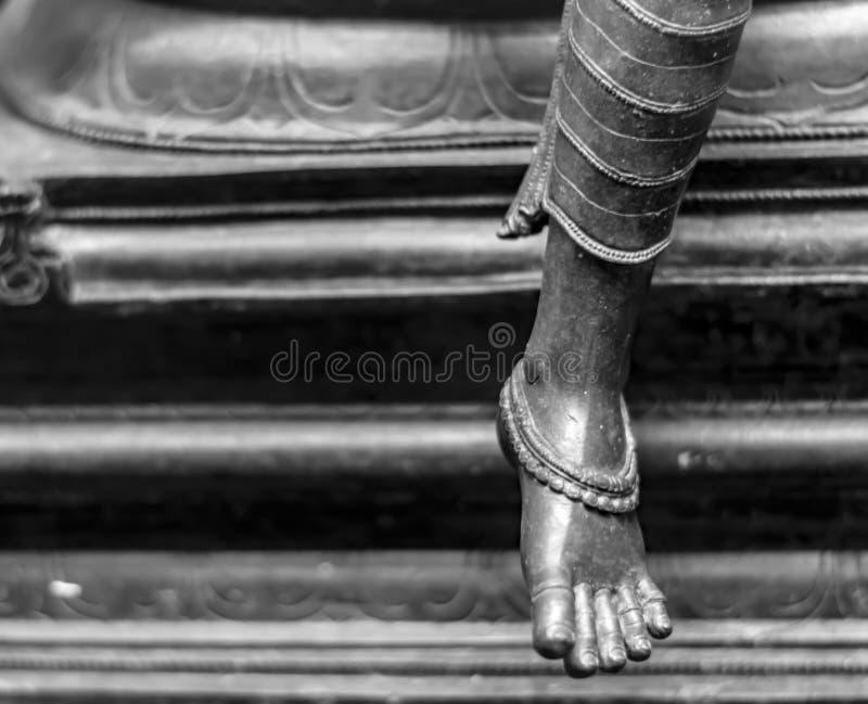 Brązowa statua pełen wdzięku kobieta pokazuje anklets obraz stock
