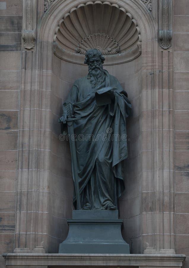 Brązowa statua Saint Paul w niszie na przodzie Katedralna bazylika święty Peter i Paul, Filadelfia zdjęcia stock